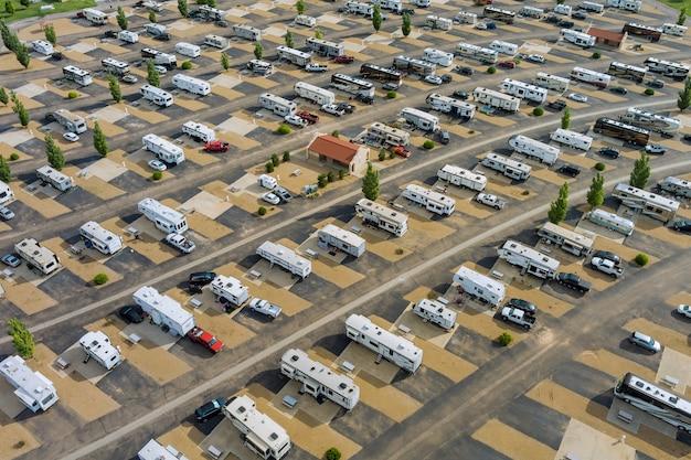 Vista aerea di una vacanza in camper con rimorchio in un parcheggio per veicoli ricreativi da viaggio in campeggio