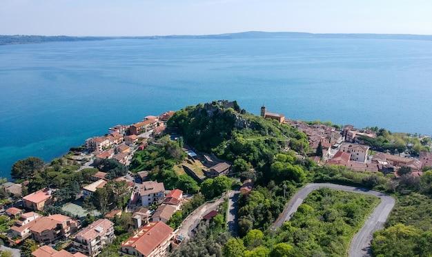 Vista aerea di trevignano romano, sul lago di bracciano, vicino a roma. italia