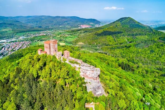 Veduta aerea del castello di trifels nella foresta del palatinato. grande attrazione turistica nello stato tedesco della renania-palatinato
