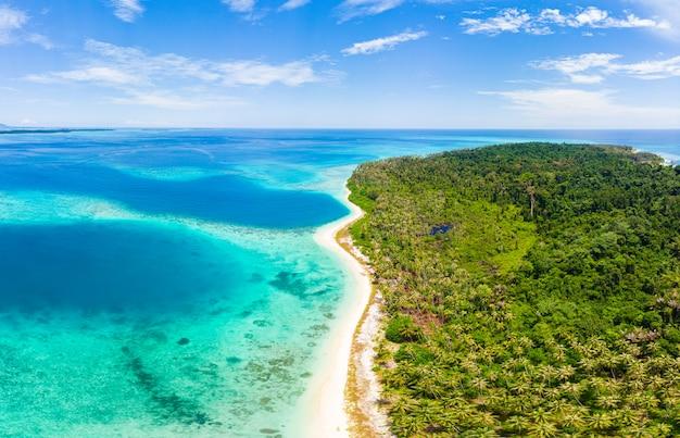 Vista aerea paradiso tropicale spiaggia incontaminata foresta pluviale blu laguna baia barriera corallina mare caraibico acqua turchese alle isole banyak indonesia sumatra lontano da tutto