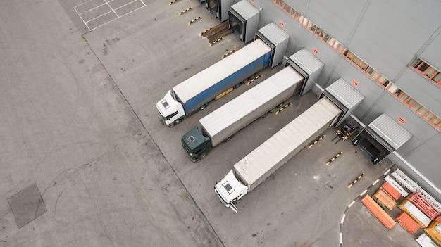 Vista aerea dei camion che scaricano nel centro di logostic