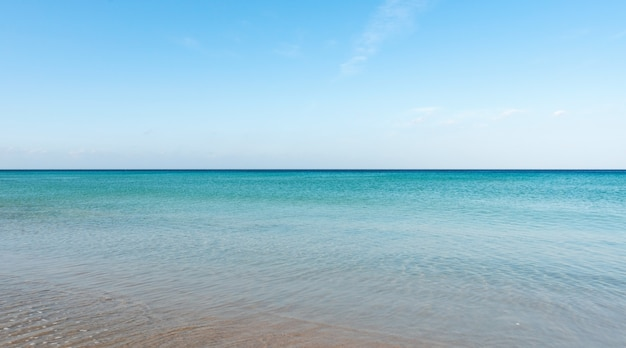 Vista aerea della superficie dell'oceano turchese sullo sfondo della natura vista dall'alto sparata dalla superficie del mare della fotocamera drone.