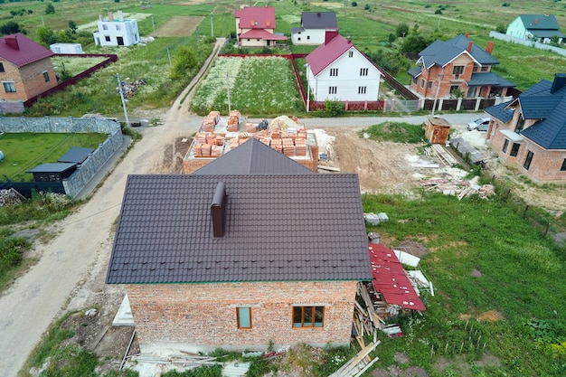 Vista aerea del telaio incompiuto della casa privata in costruzione in un'area suburbana.