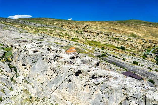 Veduta aerea di uplistsikhe, un'antica città scavata nella roccia in georgia