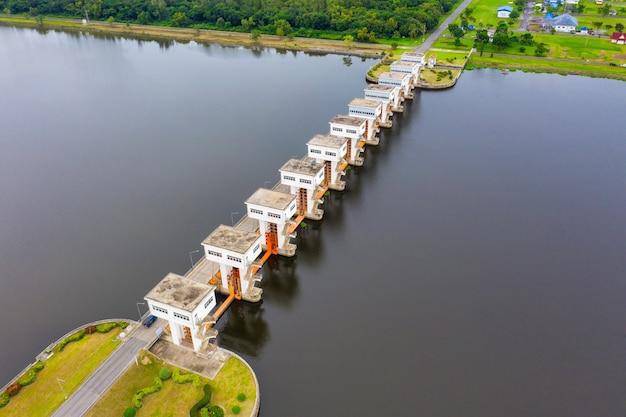 Vista aerea di utho wipat prasit paratoie durante il giorno a pak phanang