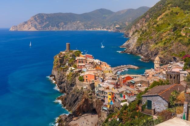 Vista aerea del villaggio di pescatori di vernazza in cinque terre e mar mediterraneo, parco nazionale delle cinque terre, liguria, italia.