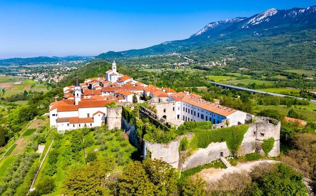 Vista aerea della città di vipavski kriz nella regione del litorale della slovenia