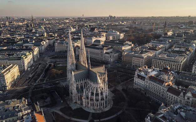 Vista aerea della votivkirche a vienna, austria