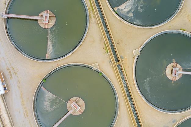 Vista aerea del serbatoio di sedimentazione solido dell'impianto di ricircolo per il trattamento delle acque