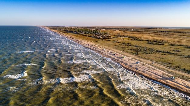 Onde di vista aerea sulla spiaggia di sabbia. onde del mare sulla bellissima spiaggia vista aerea drone 4k girato.