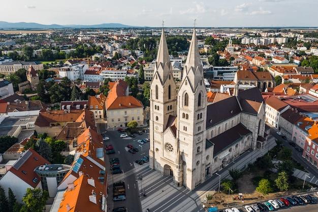Vista aerea della cattedrale di wiener neustadt, austria