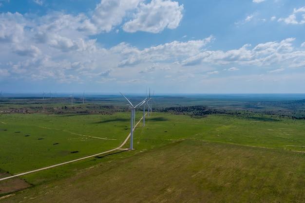 Parco eolico di vista aerea nel texas occidentale di giornata di sole