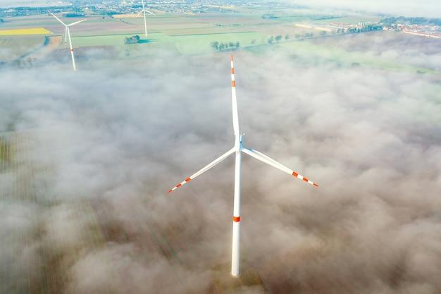 Vista aerea della turbina eolica nella nebbia, ambiente, energia rinnovabile, produzione di energia, paesaggio estivo, drone