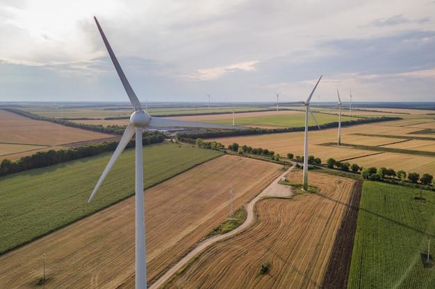Vista aerea dei generatori eolici nel campo producendo elettricità ecologica pulita.