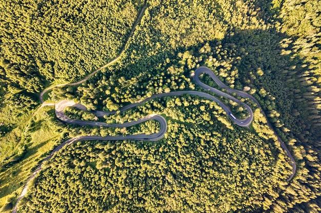 Vista aerea della strada tortuosa in alta montagna