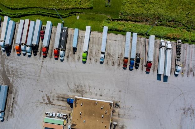 Vista aerea con area di sosta per autocarri pesanti vicino all'autostrada