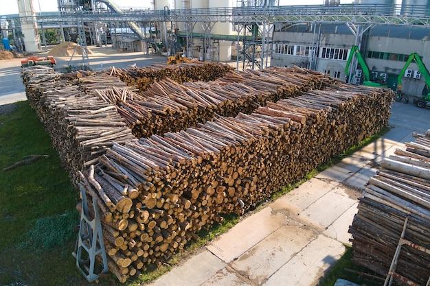Vista aerea della fabbrica di lavorazione del legno con pile di legname nel cantiere di produzione dell'impianto.