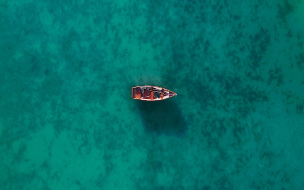 Vista aerea di una barca di legno in acqua, nave e barca in un bellissimo oceano turchese