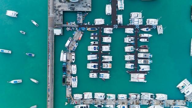 Vista aerea del parcheggio di yacht e barche a vela nel porto turistico. trasporto e concetto di sfondo di viaggio.