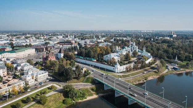 Veduta aerea di yaroslavl e delle sue attrazioni