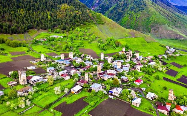 Vista aerea del villaggio di zhamushi con tipiche case a torre. svaneti superiore, georgia