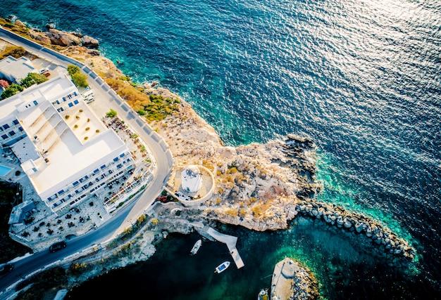 Punto di vista aereo del villaggio costiero sull'isola di paros, grecia
