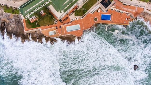 Aerea. le onde durante una tempesta lavano la riva ericeira portogallo.