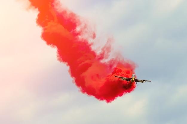 Squadra acrobatica aerei da combattimento scia di fumo rosso nel cielo.