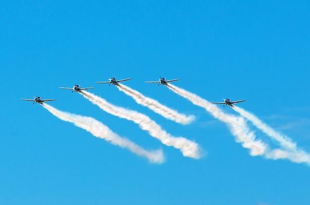 Scia di fumo nel cielo dei combattenti degli aerei della squadra acrobatica.