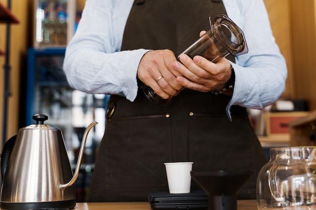 Alternativa al caffè aeropress preparata dal barista nella caffetteria