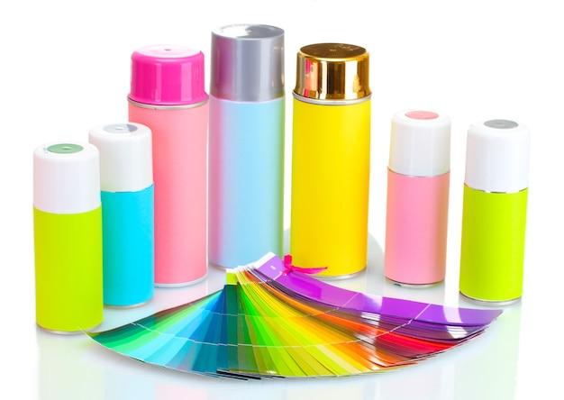 Lattine di aerosol e tavolozza di carta brillante isolata su bianco
