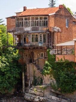 Edificio abbandonato estetico di mattoni rossi. qui non c'è umano per molto tempo.