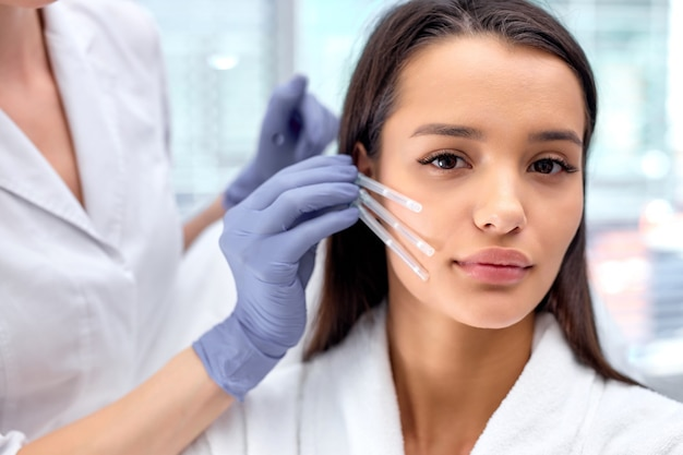 Bellezza estetica anti invecchiamento, chirurgia di lifting del viso per una splendida cliente, vista laterale