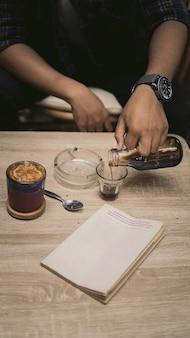 Caffè estetico e libri sul tavolo dai colori tenui