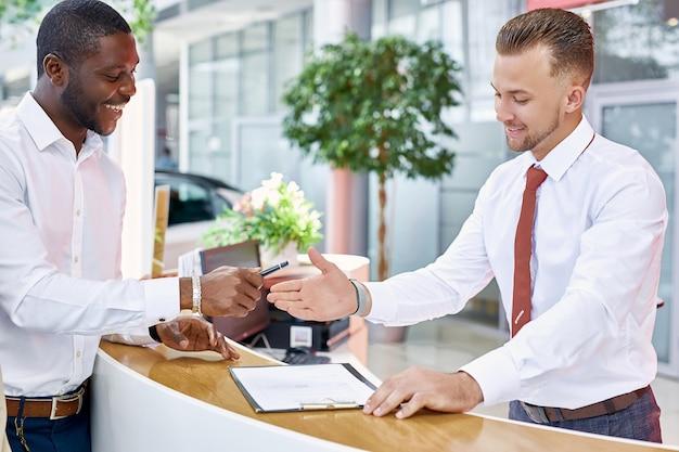 Affabile amichevole consulente parla con il cliente