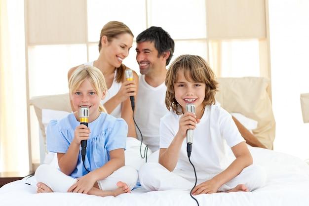 Famiglia affettuosa che canta insieme