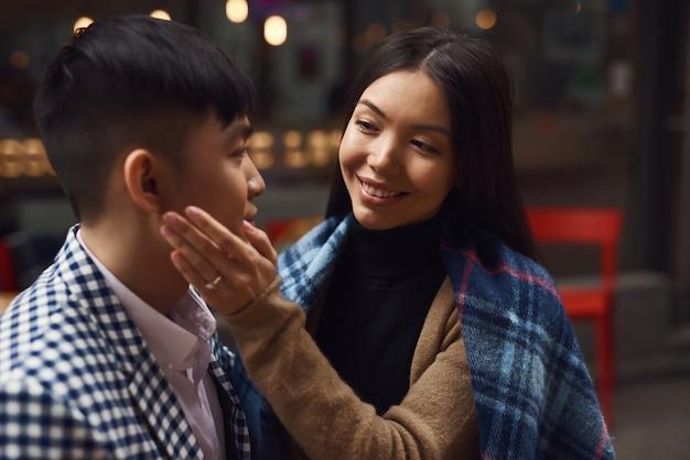 La ragazza affettuosa tocca il giorno della promessa del fronte del ragazzo.