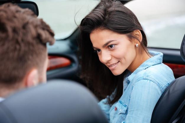 Affettuosa coppia giovane in vacanza che viaggiano con la loro auto
