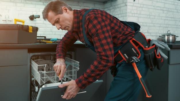 L'uomo di servizio a prezzi accessibili risolve i problemi domestici vista laterale
