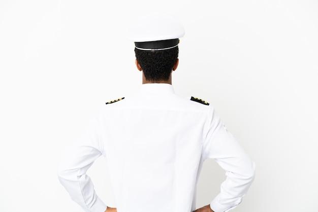 Pilota di aeroplano afroamericano su sfondo bianco isolato in posizione posteriore