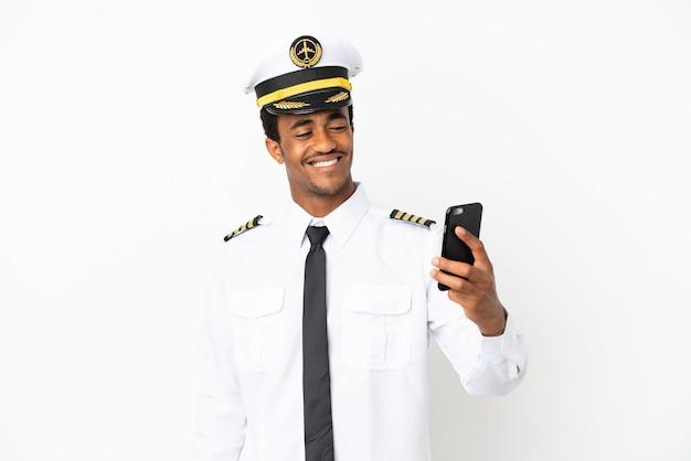 Pilota di aeroplano afroamericano su sfondo bianco isolato facendo un selfie