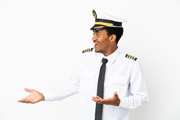 Pilota di aeroplano afroamericano su sfondo bianco isolato con espressione facciale a sorpresa