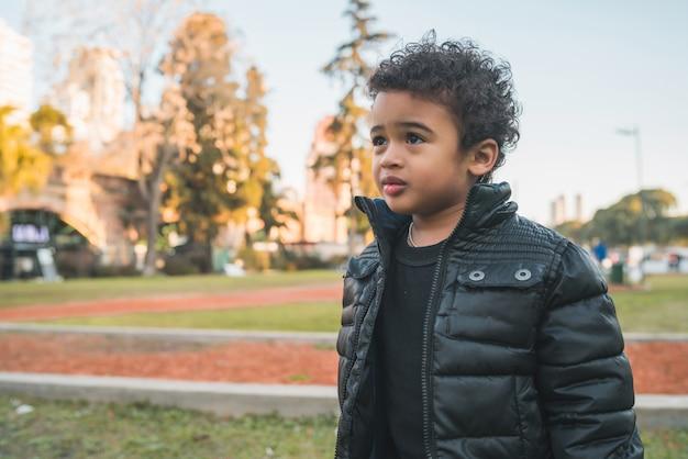 Ragazzo afroamericano al parco.