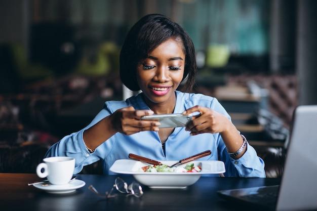 Donna di affari dell'afroamericano che fa foto