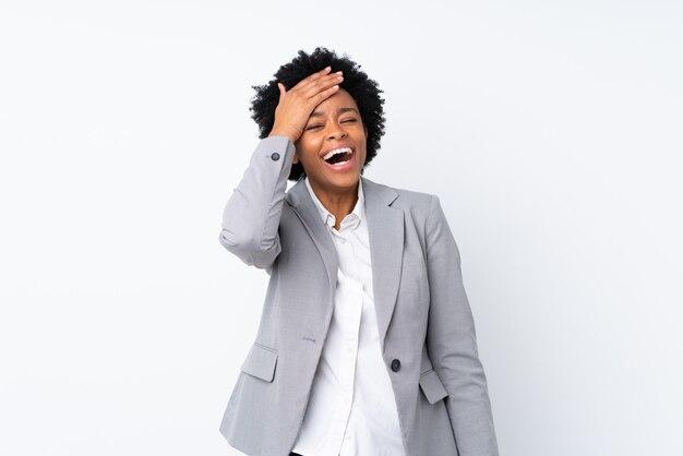 Donna afroamericana di affari sulla risata bianca isolata
