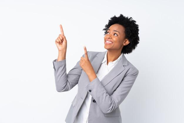 Donna afroamericana di affari sul puntamento bianco isolato con il dito indice una grande idea