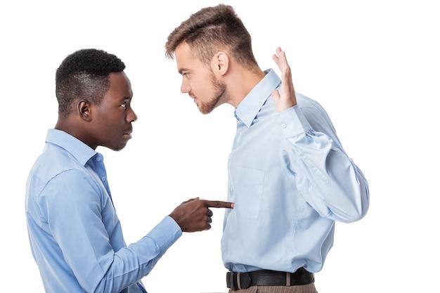 Uomo d'affari afro-americano e un uomo d'affari caucasico che discutono su bianco