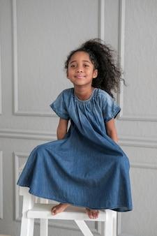 Il bambino afroamericano guarda direttamente nella fotocamera