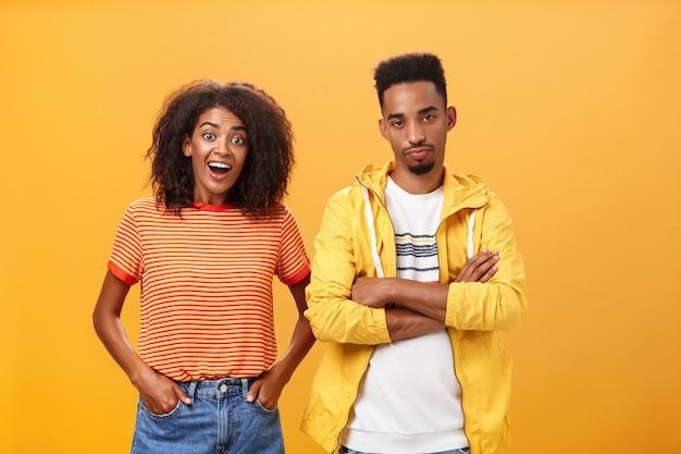 Una coppia afroamericana, lei si sente eccitata e lui si sente dispiaciuto.