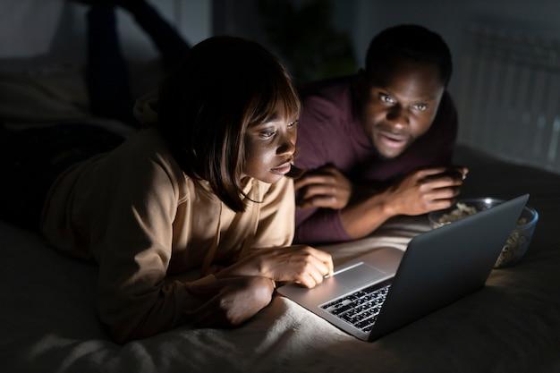 Coppie dell'afroamericano che guardano netflix insieme a casa